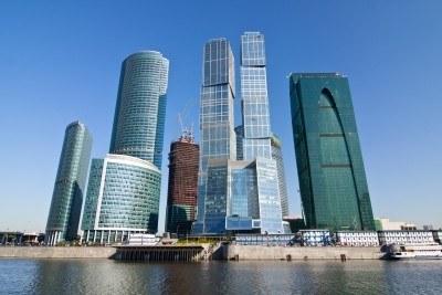 8019166-rascacielos-de-la-ciudad-de-moscu-bajo-un-cielo-azul-con-nubes